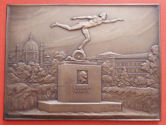 SEIFERT: Plakette mit einem Siegfried Marcus-Denkmal vor der Wiener Karlskirche
