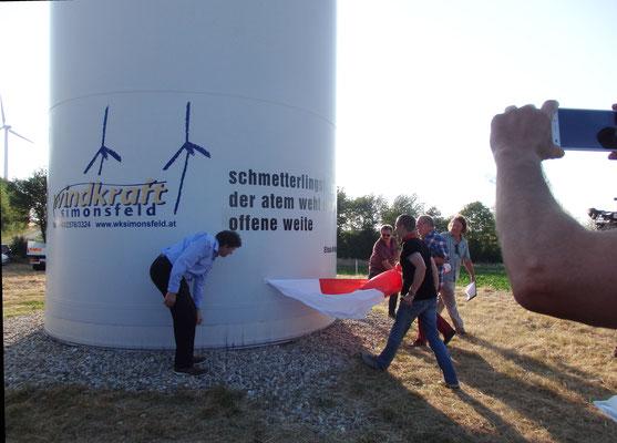 die Enthüllung des 1. Haiku durch Manfred Steininger, Vorstand der Windkraft Simonsfeld, und Adolf Viktorik, Bgm. von Kreuzstetten