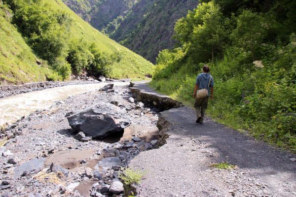 Naturgewalt - Die Straße wurde kilometerlang einfach von den Fluten weggespült