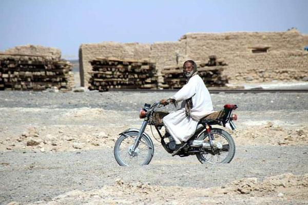 Fortbewegungsmittel Nummer eins: Das Moped, natürlich ohne Helm.