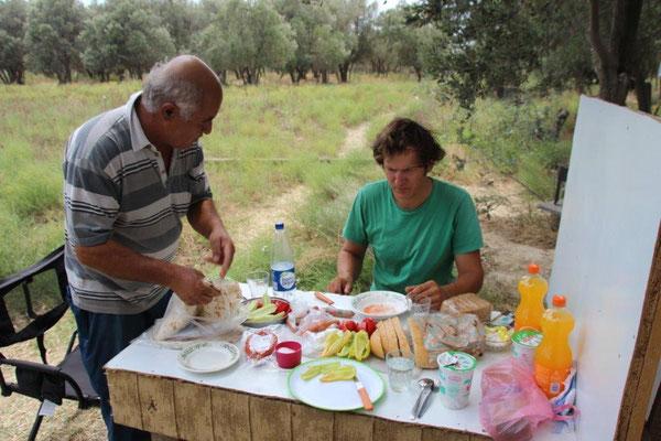 Einladung im Olivenhain