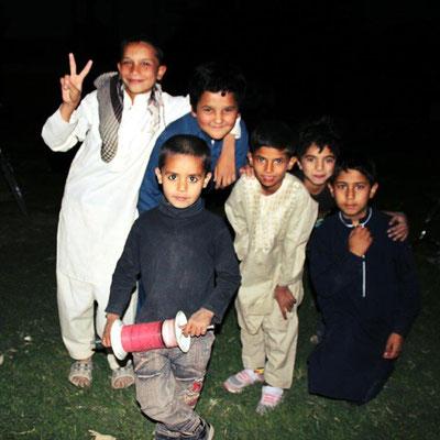 Beliebtes Hobby der Kids hier: Drachensteigen! Aber RICHTIG hoch. Die Spule, die der Junge in der Hand hält ist eine Drachenschnur.