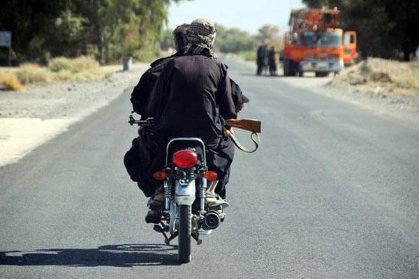 Eskortenfahrzeug: China Moped mit zwei bewaffneten Mann