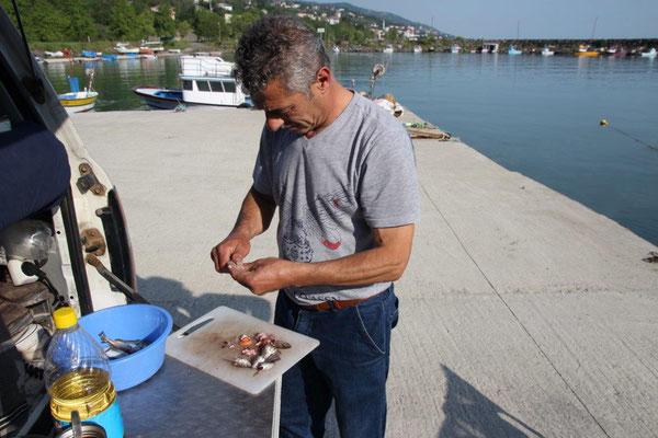 Fangfrischer Fisch zum Frühstück vom Fischer zubereitet