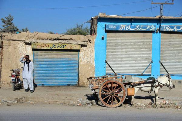 Früh morgens fahren wir wieder aus Quetta raus, Richtung Landesinnere. Eselskarren gehören hier zum Alltagsstraßenbild