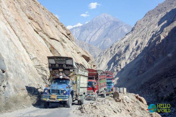 LKW Kunstwerke quälen sich über die schlechten Bergpisten im Karakorum Gebirge, Pakistan