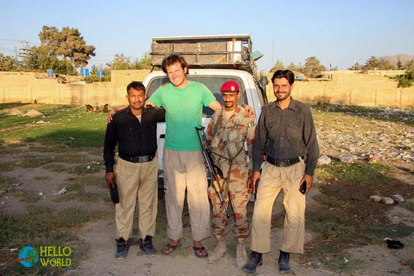 Gruppenfoto mit unseren Beschützern in Pakistan, Quetta