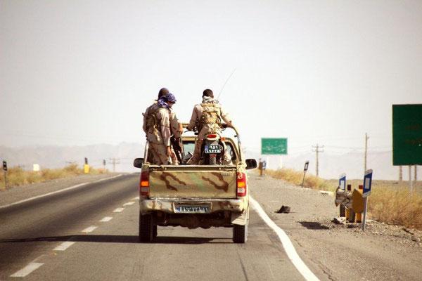 Erste Eskorte noch im Iran. Nach einigen Kilometern hat das Moped schlapp gemacht und musste auf den Pickup geladen werden. Fängt ja schon gut an!