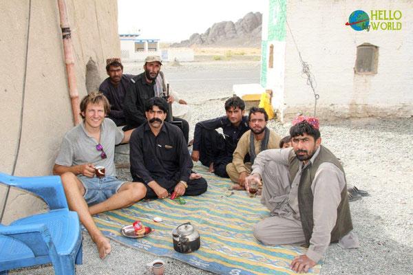Einladung zum Tee während der Eskorte durch Pakistan