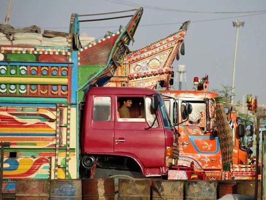 Wahre Meisterwerke, jnahezu alle LKWs in Pakistan sind fahrende Kunstwerke