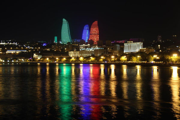 Baku bei Nacht - Flame Towers
