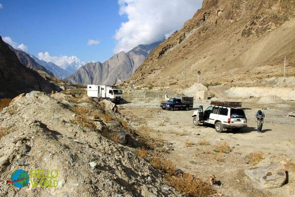 Nachtplatz am Karakorum Highway mit Polizei-Schutz und netter Gesellschaft von Ruth und Jürgen im MAN-LKW. Im Hintergrund Mt. Rakaposhi (7788m)