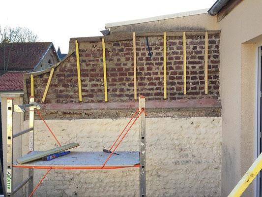 Le mur est prêt à recevoir le bois. Le mur a été nettoyé, les tasseaux changées. Le petit décrochement en bas, ne simplifie pas la pose.