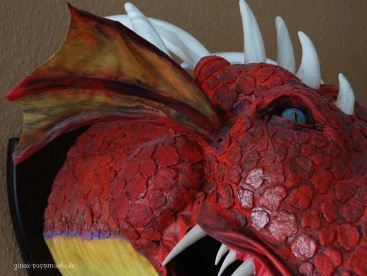 Pappmache, papermache, roter Drache, Drachenkopf, Drachentrophäe, Kunst