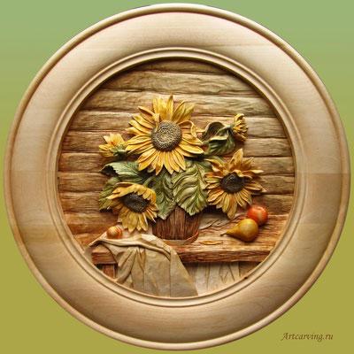 Резная деревянная тарелка настенная. Натюрморт с подсолнухами. Вариант 1. Материал: липа. Художник- резчик по дереву: Байков Михаил.