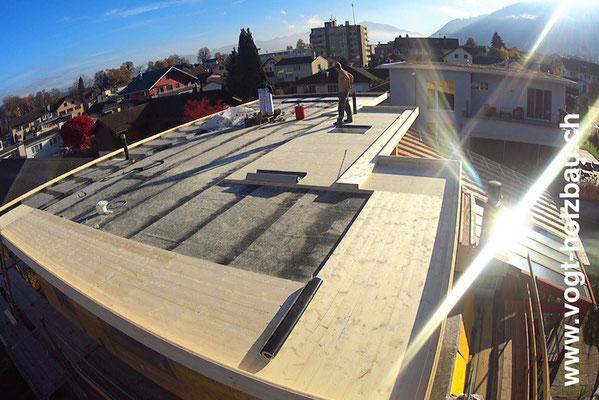 der Dachdecker kann nun seine Arbeit auf unserer Arbeit weiterführen