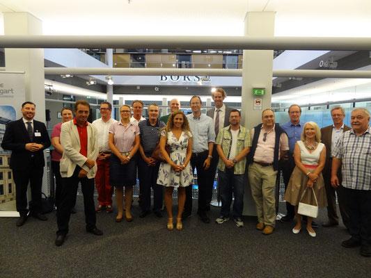 Gruppenbild der Gäste der Firma Wirtschaftsimpuls GmbH aus Leinfelden in der Börse Stuttgart mit Herrn Mike Michal