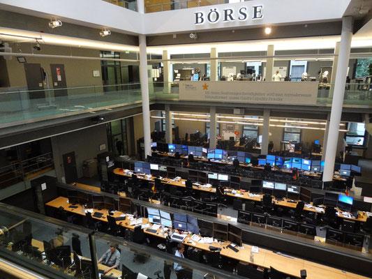 Firma Wirtschaftsimpuls zu Besuch in der Börse Stuttgart mit Blick in den Handelssaal