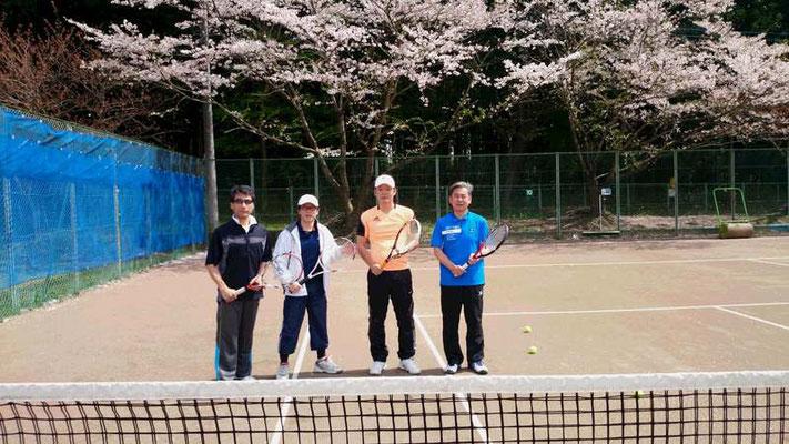 テニス班。桜をバックに。
