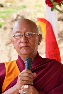 Der Lama des Klosters Bigu hält die Dankesrede