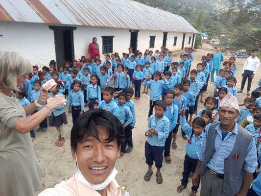 Aufklärungsarbeit durch die Zahnärzte in einer Schule