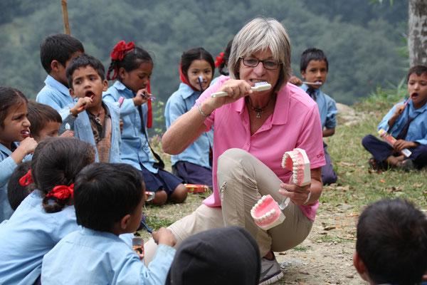 Prophylaxe-Schulung und Mundhygiene-Unterweisung in der Schule