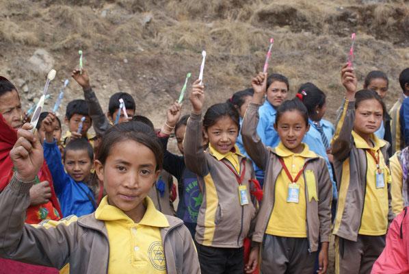 Schüler mit ihrer neuen Zahnbürste