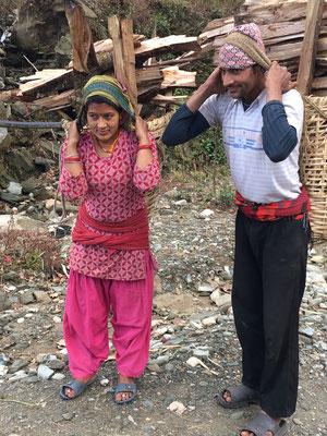 Nepalesen beim Feuerholz-Sammeln