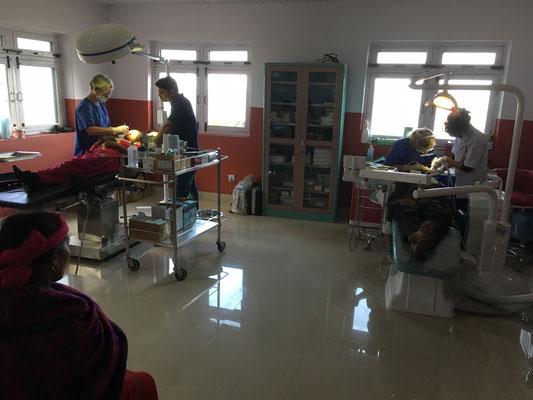 Behandlungen parallel auf Zahnarztstuhl und OP-Liege, um das hohe Patientenaufkommen zu bewältigen