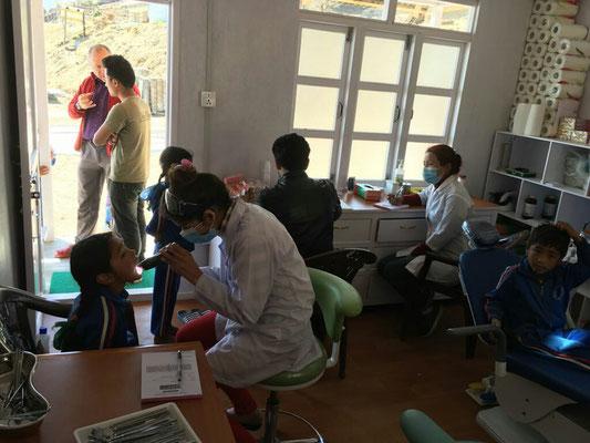 Tatkräftige Unterstützung durch das nepalesische Team