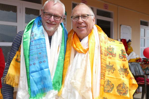 Zahnarzt Gerd Korves (Desoca e.V.) und Internist Dr. Klaus Eckert (Brepal e.V.) reichlich beschenkt zum Dank
