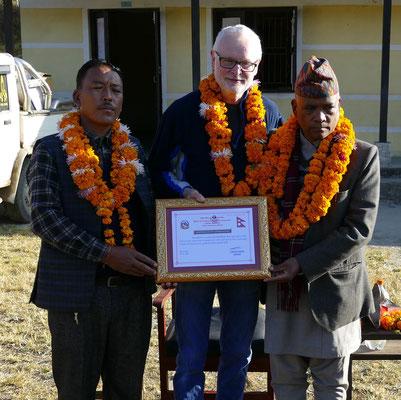 Dank für seine geleistete Arbeit in der Region: Gerd Korves erhielt vom Bürgermeister (links) und dem Provinz-Gouverneur eine anerkennenden Urkunde