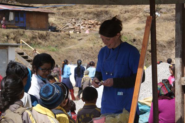 Wiebke Behrens verteilt jedem Schulkind nach der Mundhygiene-Schulung eine eigene Zahnbürste