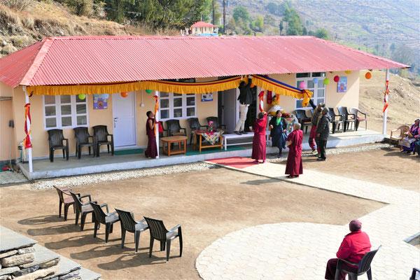 Die neue Gesundheitsstation wird für die Festivitäten geschmückt
