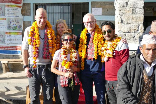 Internist Dr. Florian Gottesleben und seine Frau Maren (li), Zahnarzt Gerd Korves (2.v.re), Prem (Medical-Assistant Bigu; re) und zahnmed. Assistentin Asmita (Mitte vorne)