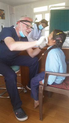 Zahnarzt Gerd Korves bei der Untersuchung eines Schulkindes aus Bigu