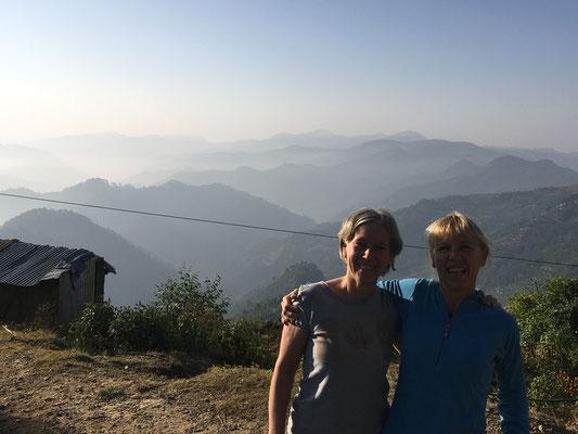 Zwei Kolleginnen vor dem Panorama in Banjhakateri