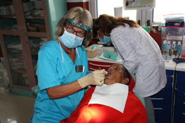 """Fr. Dr. Gutknecht bei der Arbeit in der kleinen """"Zahnarztpraxis"""" in der Gesundheitsstation in Banjhakateri"""