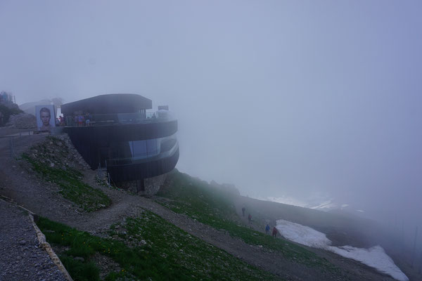 Gipfelstation im Nebel