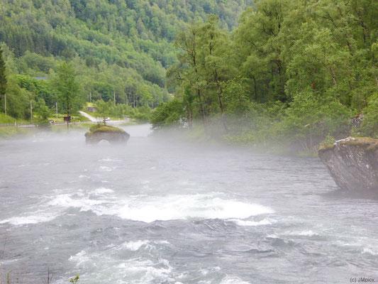 Fluss-Tal mit Nebelbänken über dem Fluss (Vossestrand, E16 / Rv13)