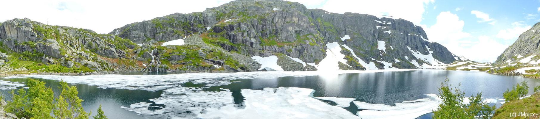 Panorama-Aufnahme eines im Frühsommer teilweise zugefrorenen Bergsees in Süd-Norwegen (Ryfylke)
