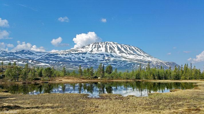 Der sogar im Frühsommer mit Schnee bedeckte Berggipfel des Gaustatoppen in der Provinz Telemark
