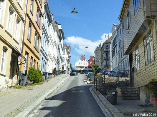 Eine stark bergauf führende Straße in der Stadt Bergen