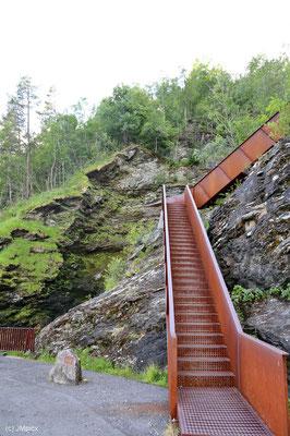 Eine rostige stabile Treppe führt den Berg hinauf zum mittleren und oberen Teil des Wasserfalls Svandalsfossen