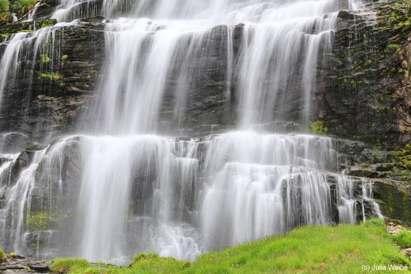 Detail: Das Wasser fließt fast wie ein Vorhang über zwei Kaskaden-Stufen des oberen Teils des Wasserfalls Svandalsfossen