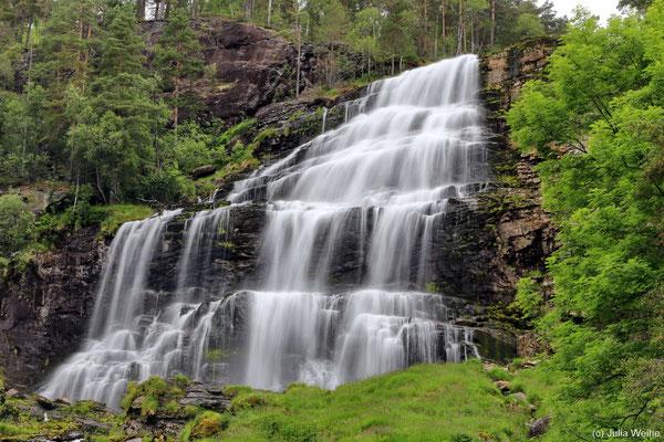 Die oberen Kaskaden des Wasserfalls Svandalsfossen eignen sich sehr für schöne Aufnahmen mit längerer Belichtung