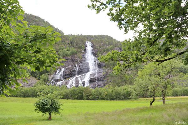 Die Landschaftsroute Hardanger startet in einem milden Tal südlich von Odda (Sørfjord) mit Wasserfällen, grünen Wiesen und Obstbäumen