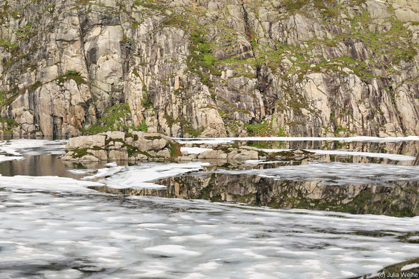 Ein Bergsee mit Eis und interessanten Spiegelungen sind auch auf der Landschaftsroute Ryfylke zu sehen