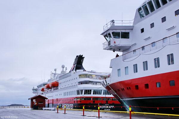 """DIe Hurtigruten-Postschiffe """"MS Nordkapp"""" und """"MS Kong Harald"""" liegen hintereinander am Kai von Harstad"""