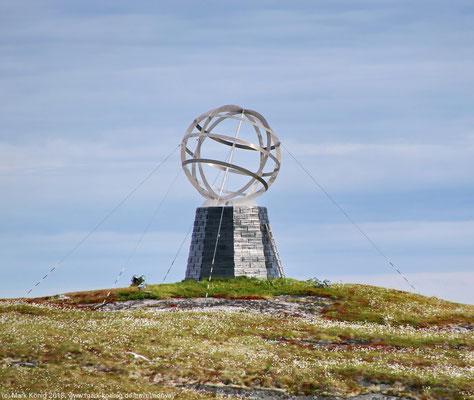 Der Globus auf der kleinen Insel Vikingen kennzeichnet für Hurtigruten-Schiffe der Postschiff-Linie den Polarkreis (Tag 12).
